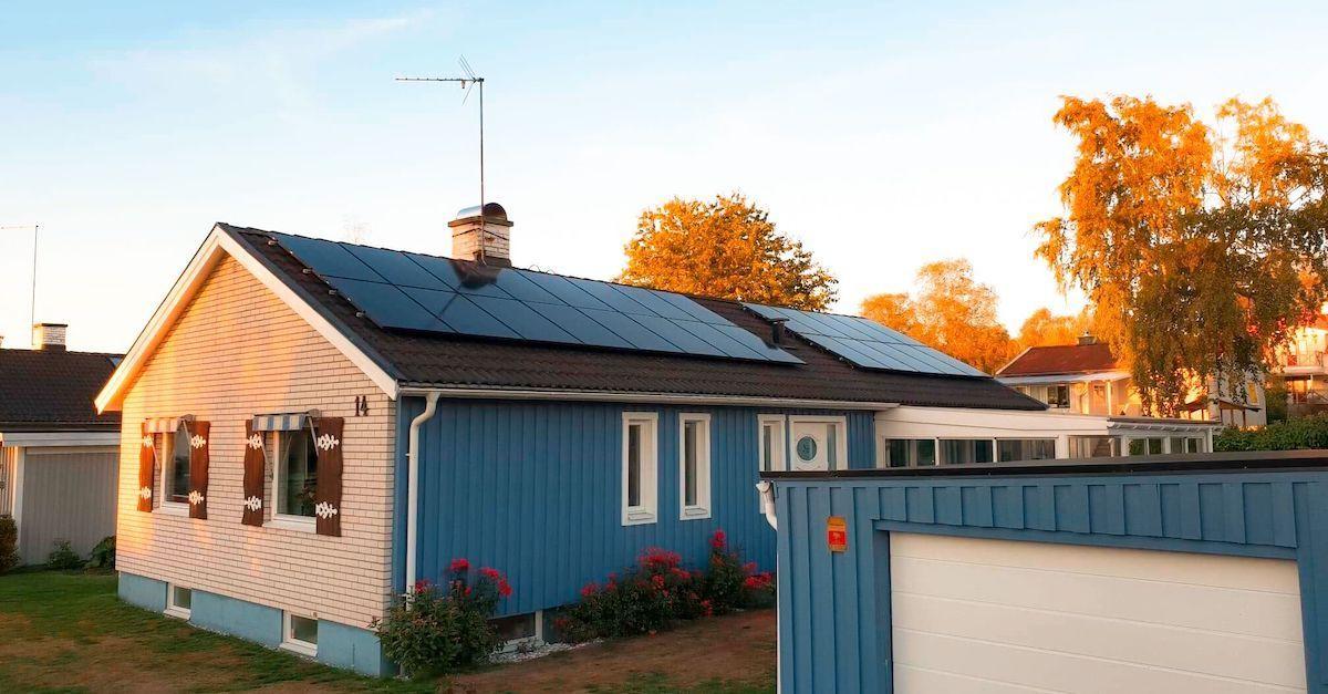 Solpaneler på tak.
